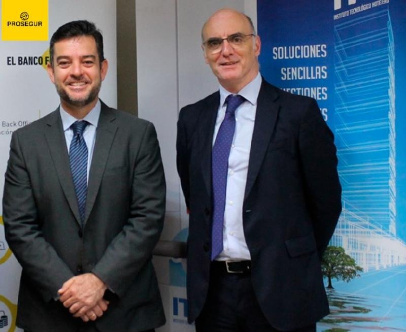 De izq. a dcha, Álvaro Carrillo, del ITH; y Jose María Ortiz-Llinás, de Prosegur Cash, tras la firma del acuerdo entre ambas entidades.
