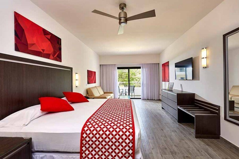 En las nuevas habitaciones domina el blanco con toques de rojo y los pisos son de parquet cerámico. Fotos: RIU.