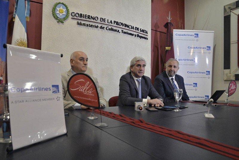 Izq a dcha: Carlos Eckhardt (presidente de la Cámara de Turismo); Juan Manuel Lavallén (ministro de Cultura, Turismo y Deportes de la Provincia) y Gustavo Esusy (gerente Regional de Mercosur de Copa Airlines).