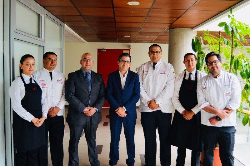 El rector de la UDLA, Carlos Larreátegui (segundo izq.), se congratuló por la firma del convenio con 'el centro culinario más innovador que existe, muy dinámico y creativo, con gente muy emprendedora'.
