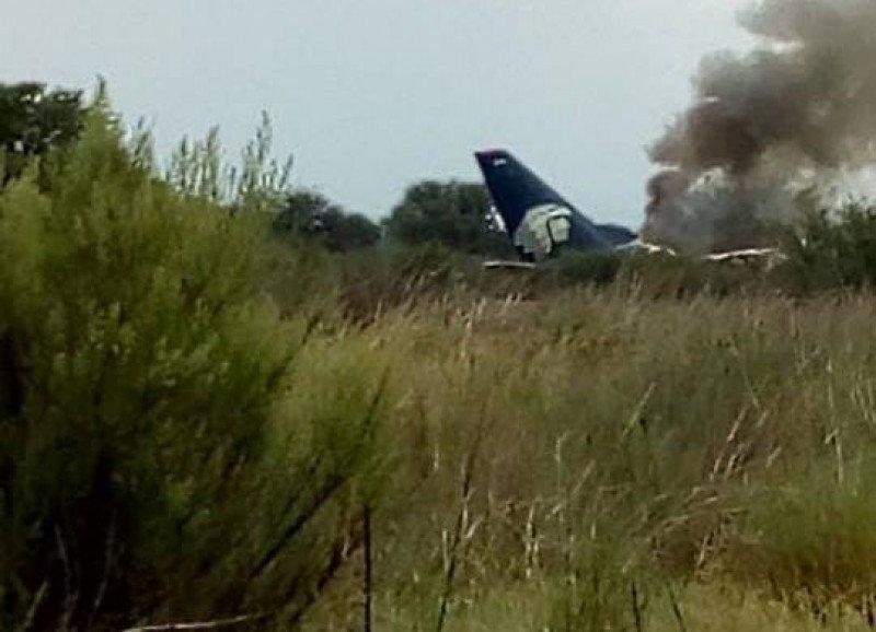 El avión se desplomó inmediatamente después de despegar del aeropuerto de Durango. Foto: Reforma