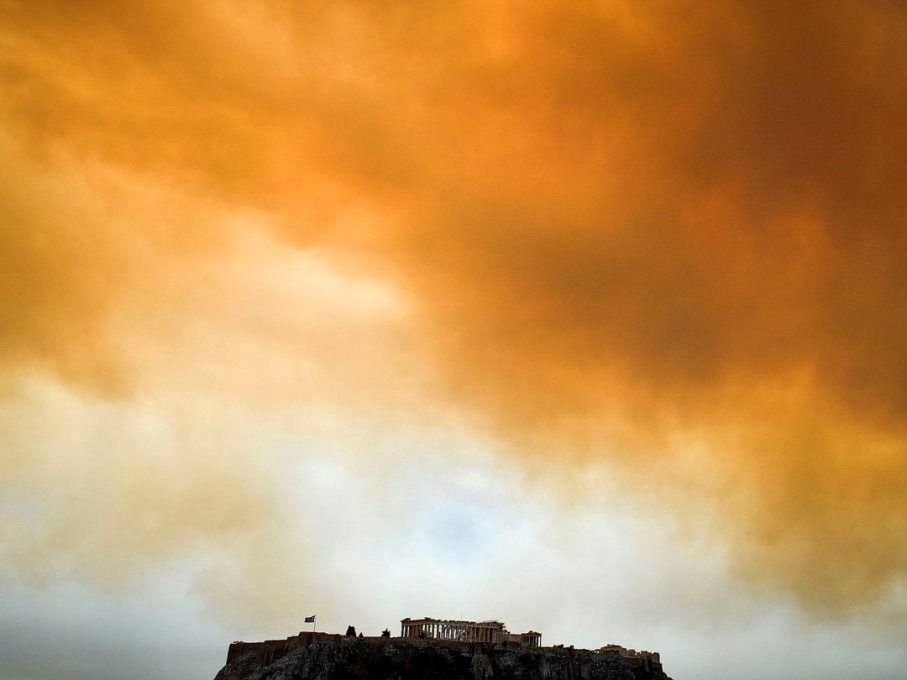 El incendio tiene lugar cerca de Atenas, y así se veía hoy martes el cielo de la capital.