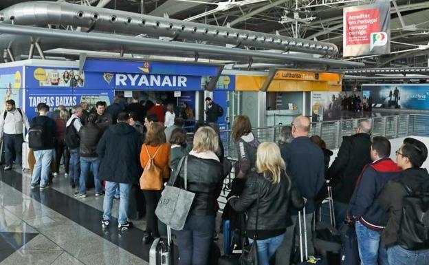 Pasajeros afectados por la huelga de Ryanair. Foto: Diario Sur.