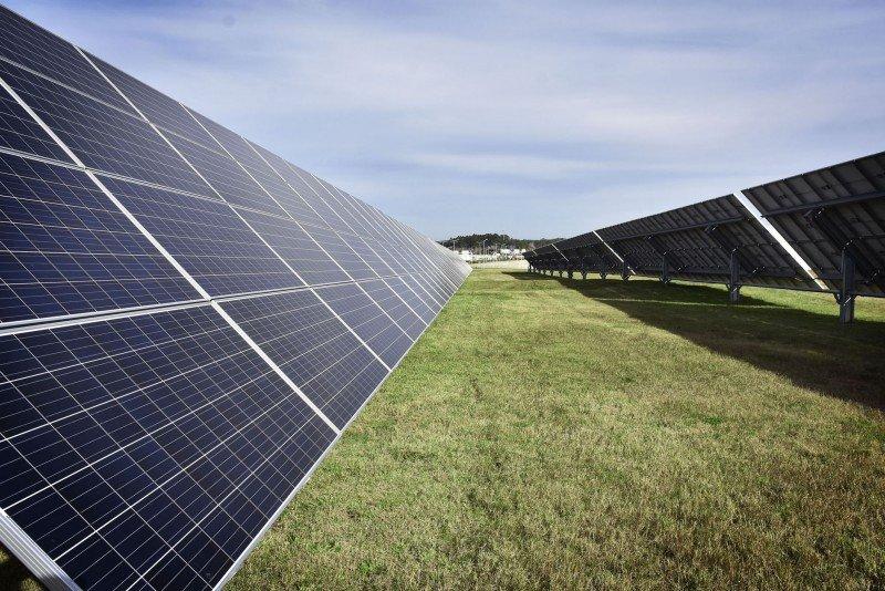 La planta ocupa una superficie de una hectárea y está compuesta por más de 1.500 paneles.