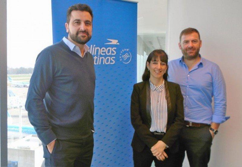 Francisco Chiari junto a Gisela Marino, jefe de unidad de Ventas Sudamérica de Aerolíneas Argentinas, y Gastón de Chazal, gerente regional para Uruguay y Paraguay .
