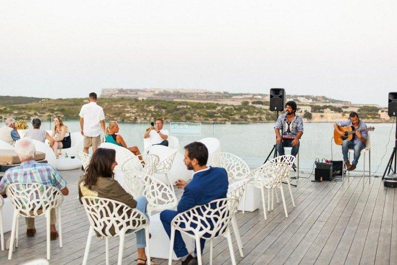 En la terraza del Barceló Hamilton Menorca los clientes pueden disfrutar del Drunch (drink   lunch), que se suele alargar hasta última hora de la tarde.