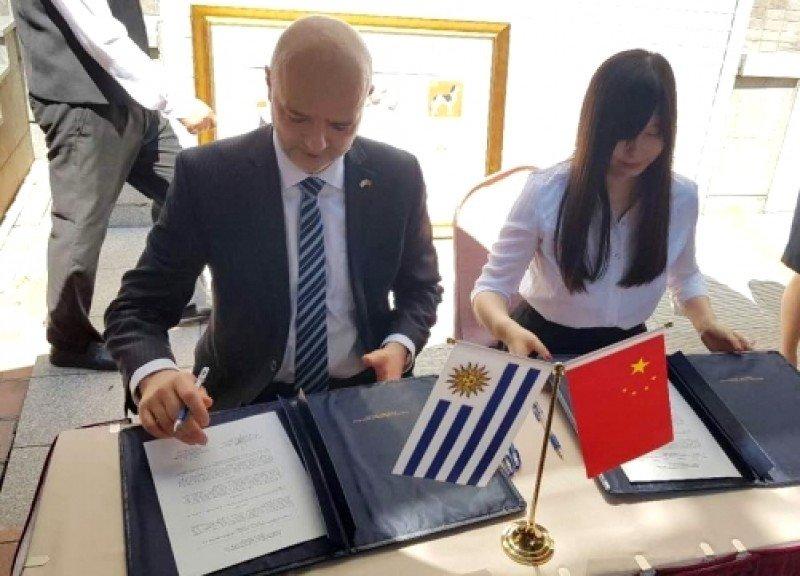 Firma de los acuerdos entre Antonio Carámbula, en representación de Uruguay, y organismos chinos.