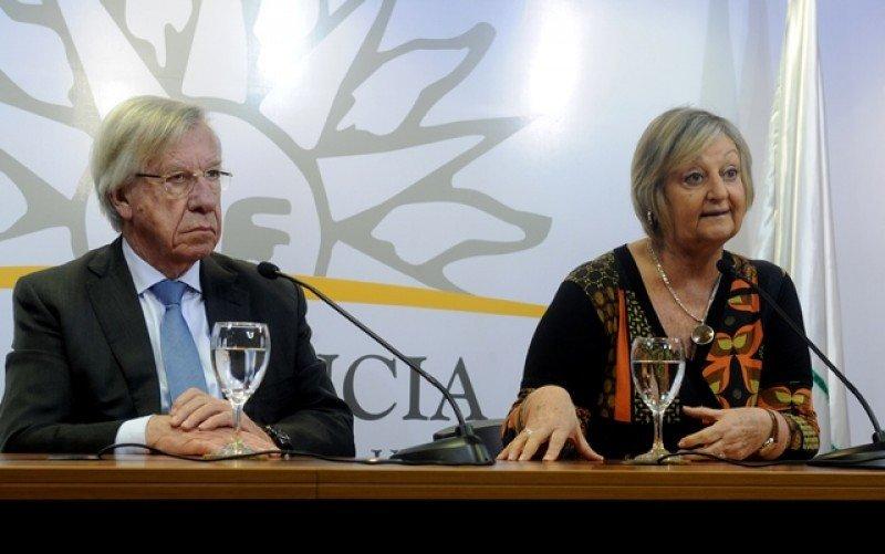 Ministros Danilo Astori y Liliam Kechichian anunciaron la reinstalación de los beneficios desde octubre 2018 hasta abril 2019.  Foto: Presidencia