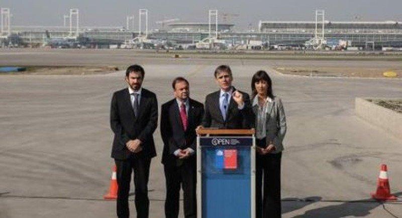 Las autoridades de gobierno hicieron el anuncio en el Aeropuerto de Santiago.