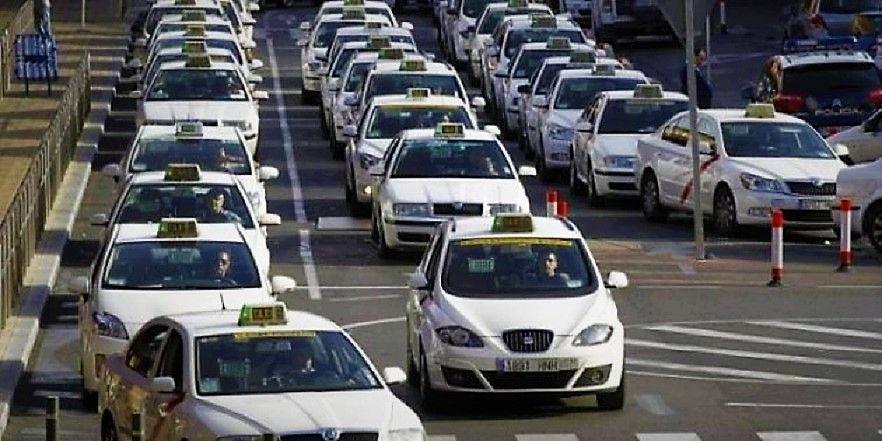 Imagen Los taxis vuelven al servicio pero exigen una decisión para septiembre