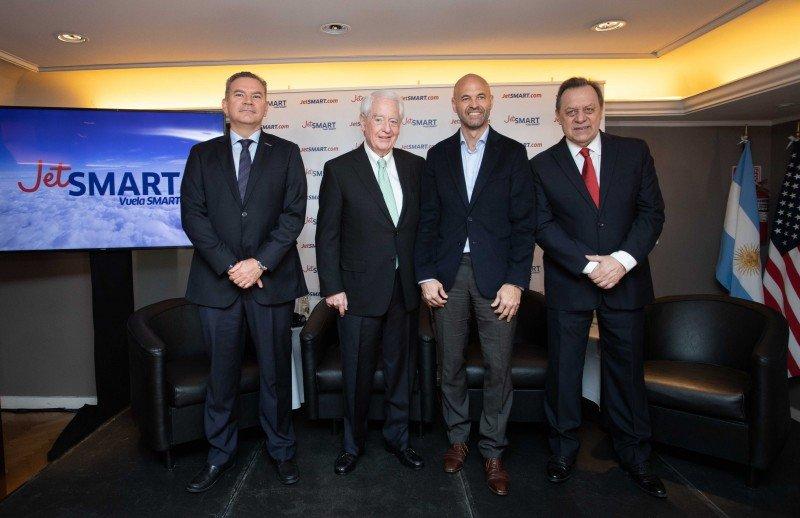 De izq a dcha: Estuardo Ortíz (CEO de JetSMART); William Franke (Socio director de Indigo Partners); Guillermo Dietrich (Ministro de Transporte de Argentina) y Gustavo Santos (Secretario de Estado de Turismo de Argentina).