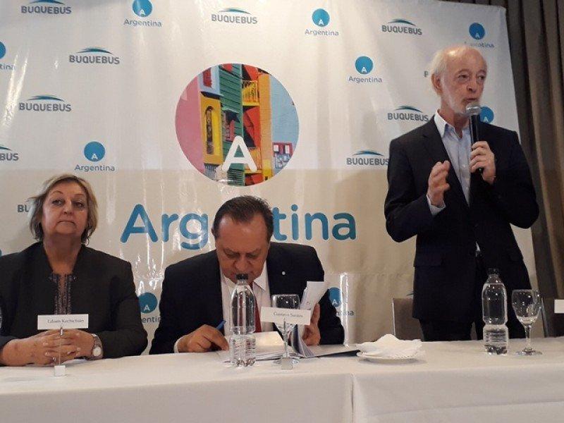 Juan Carlos López Mena, titular de Buquebus, anunció la alianza estratégica con INPROTUR junto a la ministra uruguaya de Turismo, Liliam Kechichian, y el secretario de Gobierno de Turismo de Argentina, Gustavo Santos.