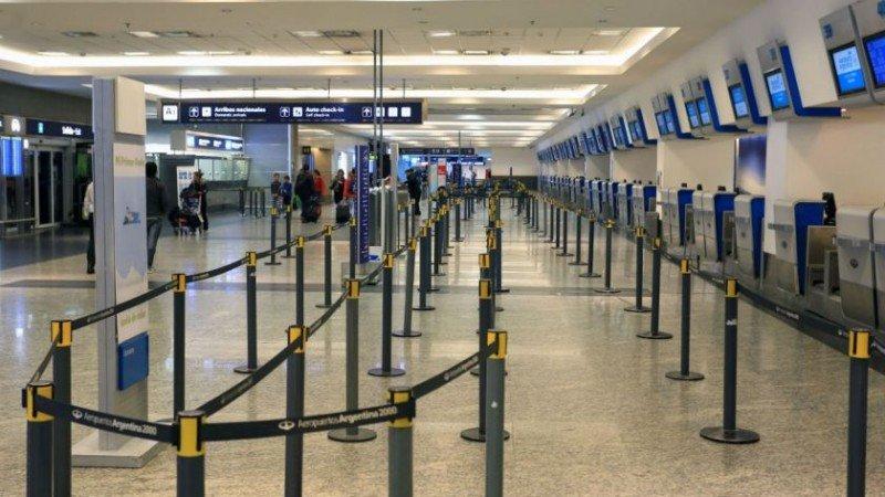 Las compañías aéreas están pidiendo a sus pasajeros que no se acerquen a los aeropuertos porque no habrá vuelos.