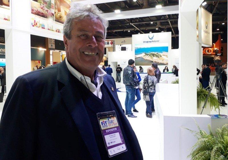 Enrique Antía, intendente de Maldonado, en el stand de Uruguay de la FIT 2018.