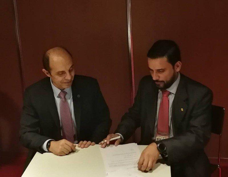 De izq a dcha: Aldo Elías y Nicolás Furnari firman la adhesión de Venezuela a FEDESUD.