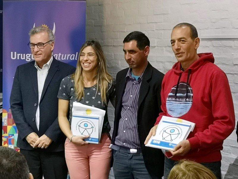 Representantes de Rocha reciben su distinción del director nacional de Turismo, Carlos Fagetti.