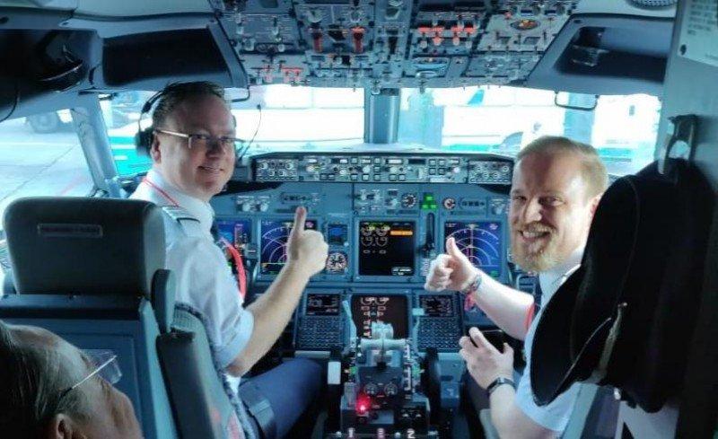 El capitán Ole Christian Melhus, CEO de Norwegian, y Edgar Boese, los pilotos del primer vuelo. Foto: @Norwegian_ARG