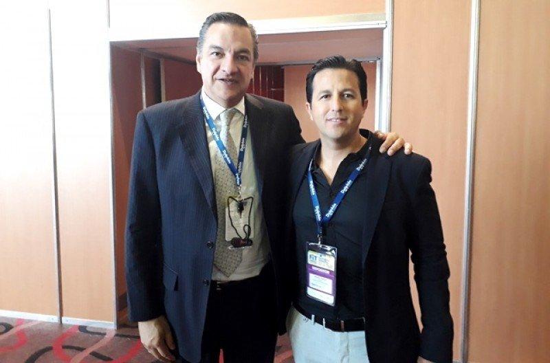 Carlos Frías y Rodrigo Ceballos ofrecieron una presentación de Dolphin Discovery a agentes en la FIT 2018.