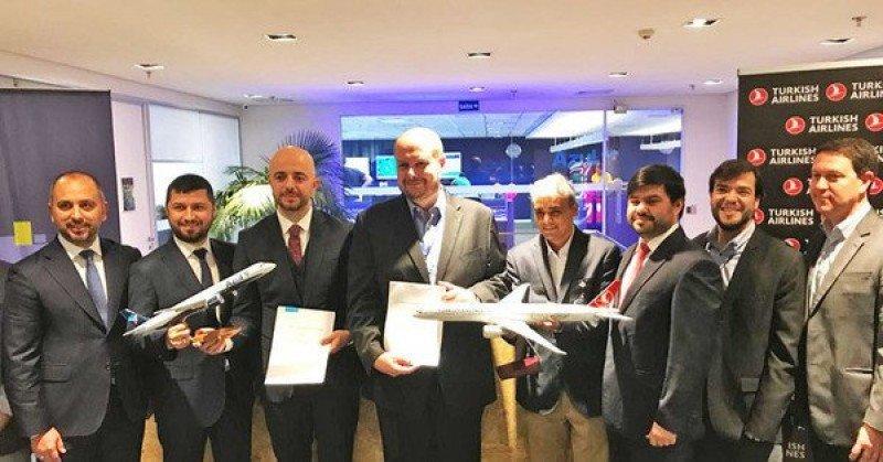 Autoridades de ambas aerolíneas en la presentación de la alianza.