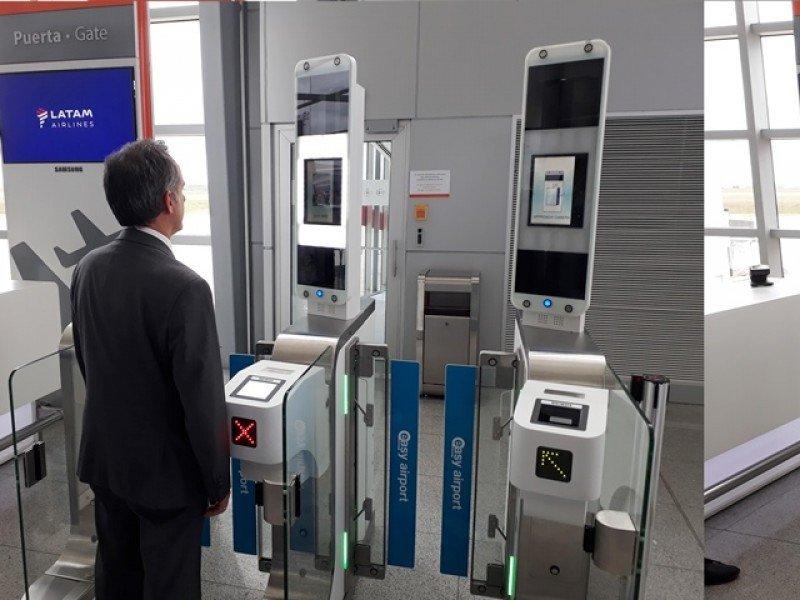 Javier Macías, gerente de LATAM Airlines en Uruguay, prueba el nuevo sistema. Foto: J. Lyonnet
