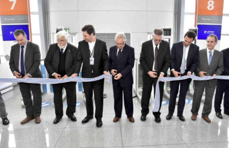 Los ministros del Interior y de Defensa, además del intendente de Canelones, acompañaron a las autoridades del aeropuerto, de Corporación América, de LATAM Airlines y de la empresa de tecnología Vision Box. Foto: @sanantoniostudio