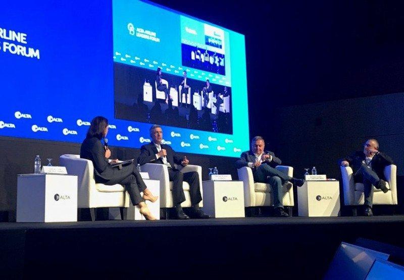 La periodista de CNN Gabriela Frías condujo el intercambio entre Pedro Heilbron, CEO Copa Airlines; Hernán Rincón, CEO Avianca y Enrique Cueto, CEO de LATAM. Foto: @ALTA_aero