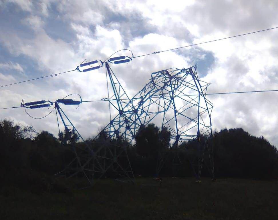 Una de las cinco torres de alta tensión que quedaron dobladas por la fuerza del viento, en lo que se conoce como 'cap de fibló