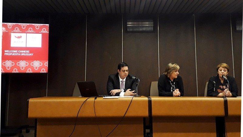 Félix España, Elizabeth Villalba y Rosario Bianco en la presentación de Welcome Chinese en Montevideo.
