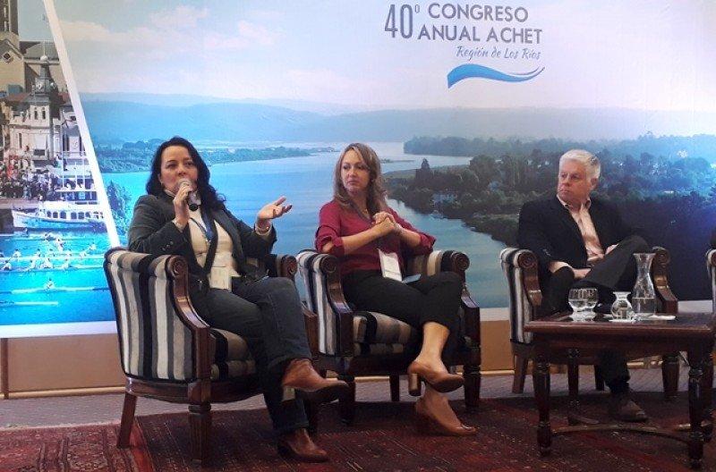 Lorena Arriagada, junto a Paula Cortés (ANATO) y el presidente de ACHET, Guillermo Correa en el 40° Congreso de la Asociación este año en Valdivia.