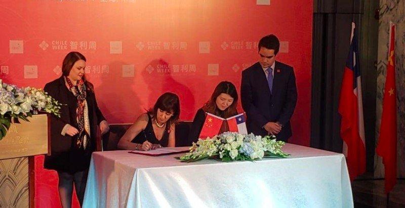 La Subsecretaria de Turismo de Chile, Mónica Zalaquett firmó el acuerdo con la representante de Ctrip, Amber Chang.