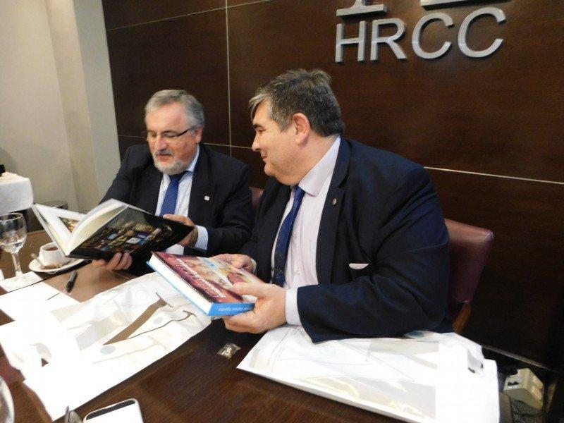 Francisco Rodríguez (AHRU) y Ariel Amoroso (AHRCC) en la firma del convenio. Foto: AHRCC