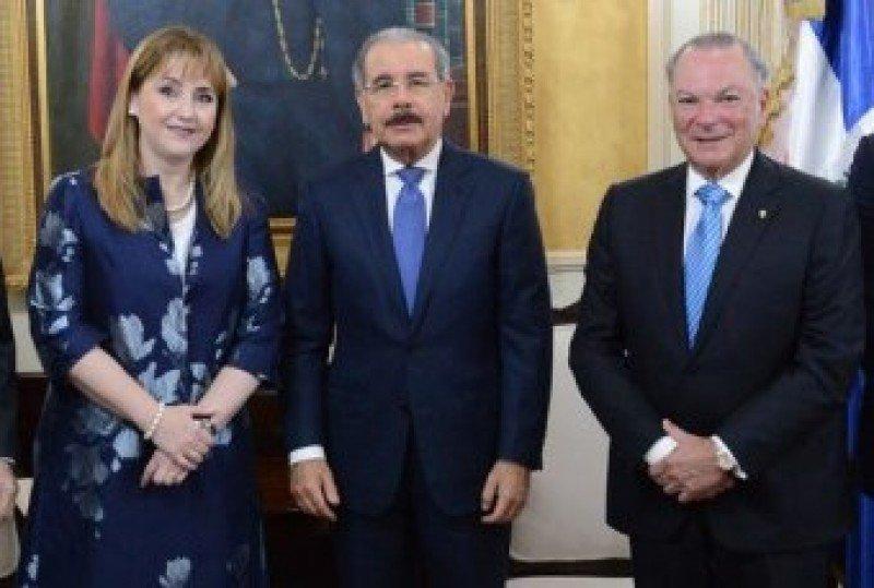 Gloria Guevara, Danilo Medina y Frank Rainieri, en la sede de la Presidencia dominicana
