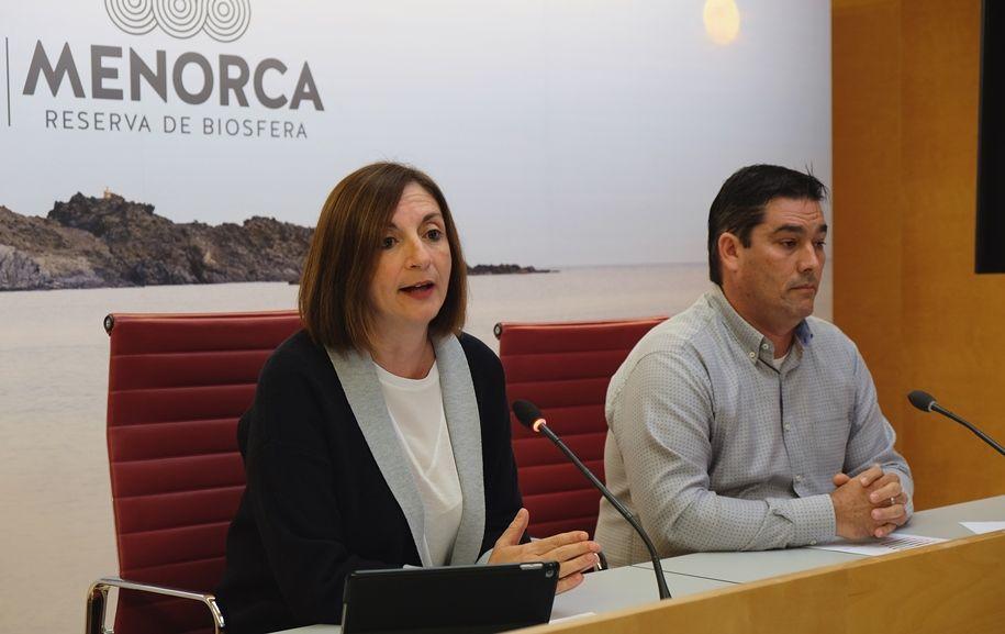 La consellera de Turismo, Maite Salord, y el director insular de Promoción, Isaac Olives, presentando las cifras en el Consell.