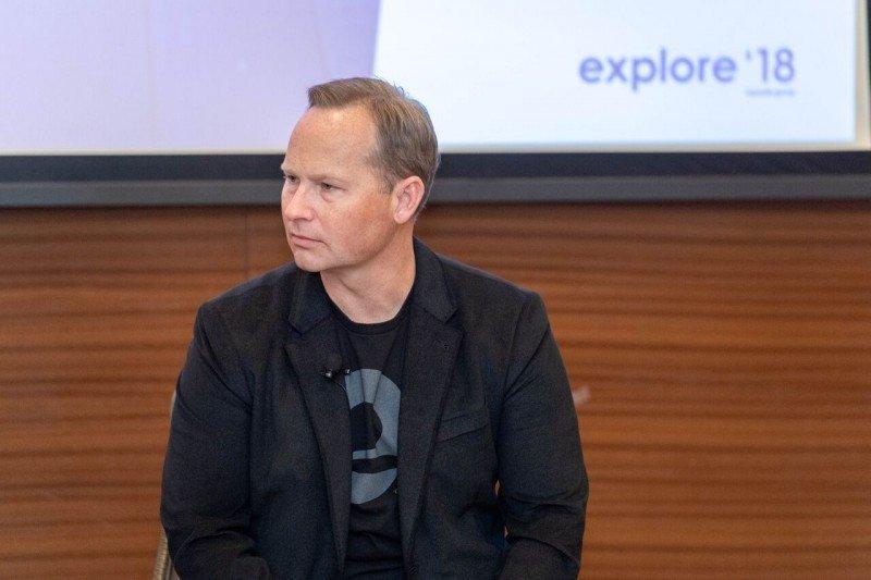 Mark Okerstrom, CEO de Expedia, en rueda de prensa en la convención anual de la compañía.