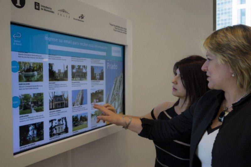 Las pantallas de autoconsulta facilitan el acceso a información de los visitantes. Foto:Teatro Solis / Santiago Bouzas