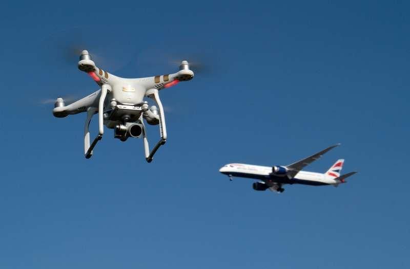 Cada vez son más frecuentes los incidentes con drones piratas en los aeropuertos. Foro: www.puentedemando.com
