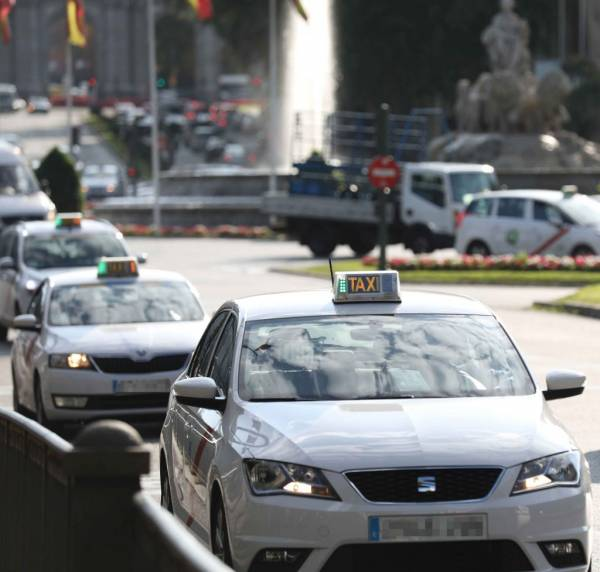 Policía retira bloqueo de taxistas en Madrid