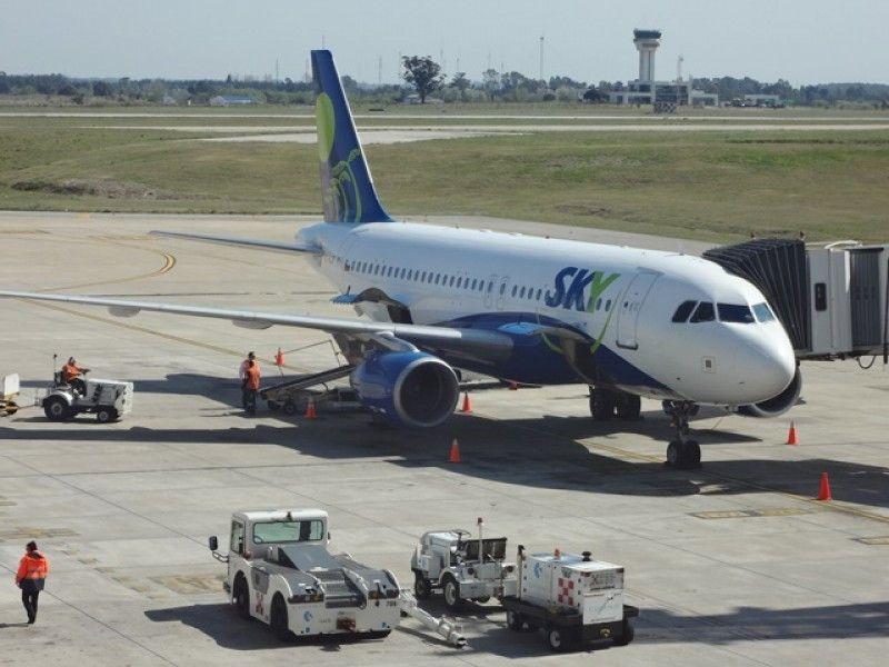 Avión de Sky en el aeropuerto de Carrasco