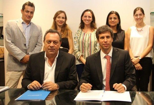 Obejero junto a Gustavo Santos, en la firma de un acuerdo entre gobierno y LATAM Airlines en 2017 (Archivo Hosteltur)