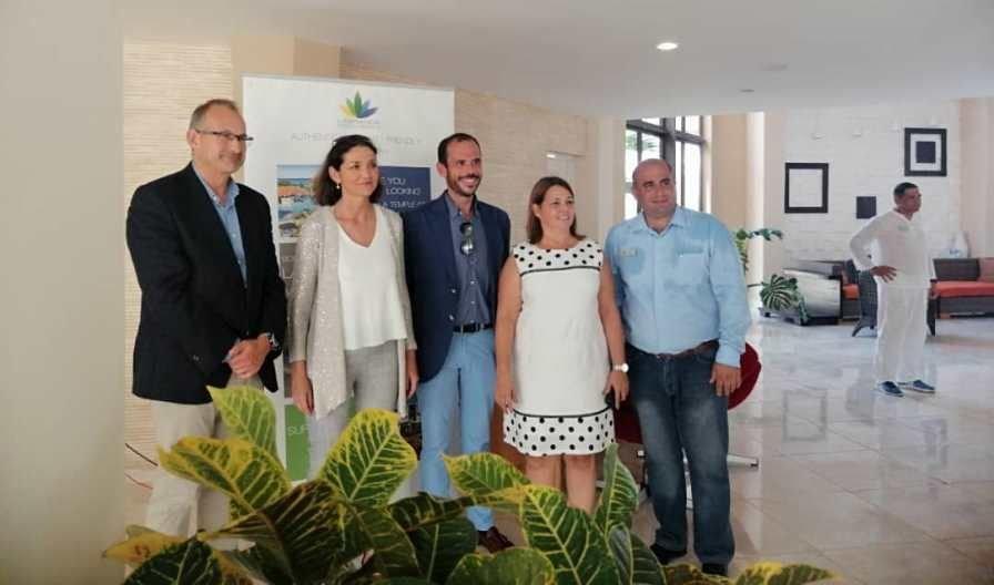 Bernardo Losada, director Comercial de Meeting Point Hotels, con otros directivos del Labranda Varadero Resort, acompañados de la ministra de Industria, Comercio y Turismo, Reyes Maroto.