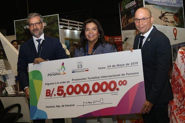 El titular de la ATP, Gustavo Him, entrega los primeros recursos al Fondo de Promoción Turística Internacional