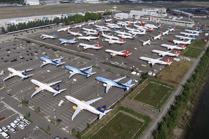 En una planta de Boeing han tenido que adaptar un parking de autos para estacionar aviones.