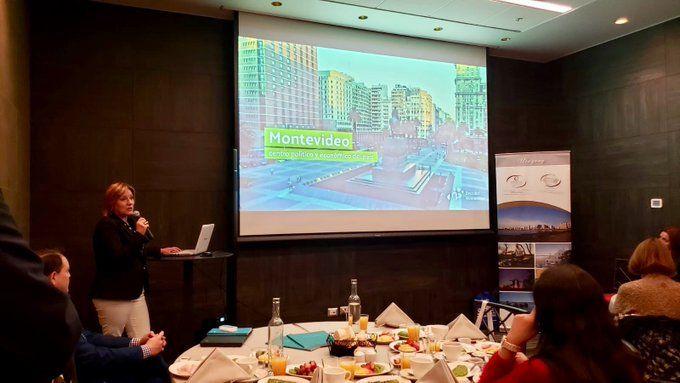 Directora de Turismo de Montevideo, Elizabeth Villalba, presentando el destino a organizadores y compradores internacionales.
