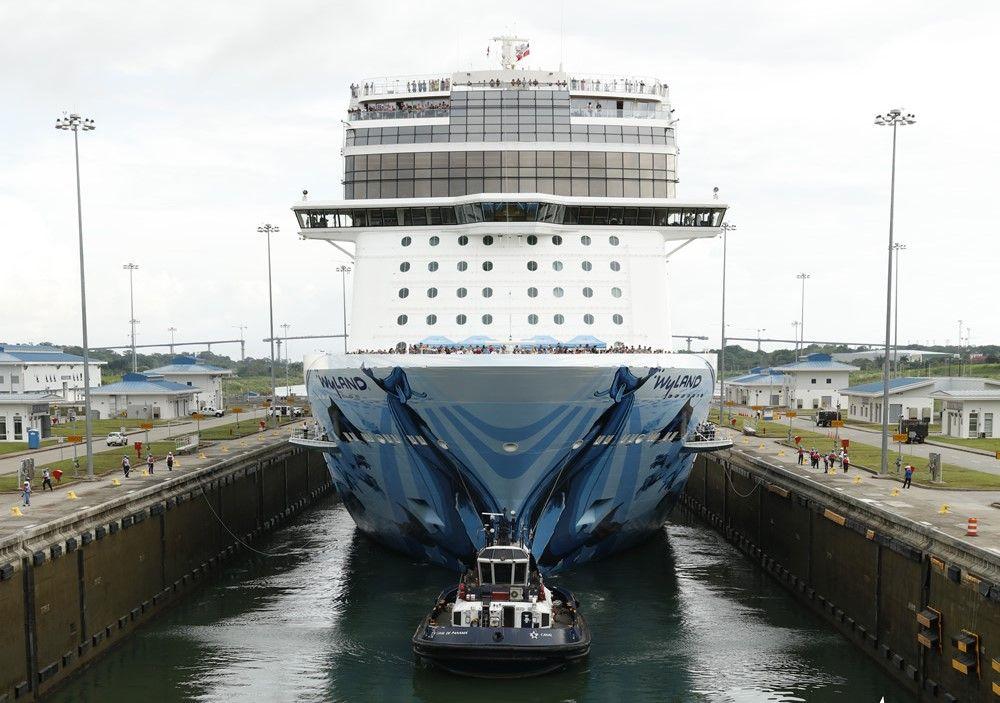 El Norwegian Bliss, de NCL, cruzando el Canal de Panamá