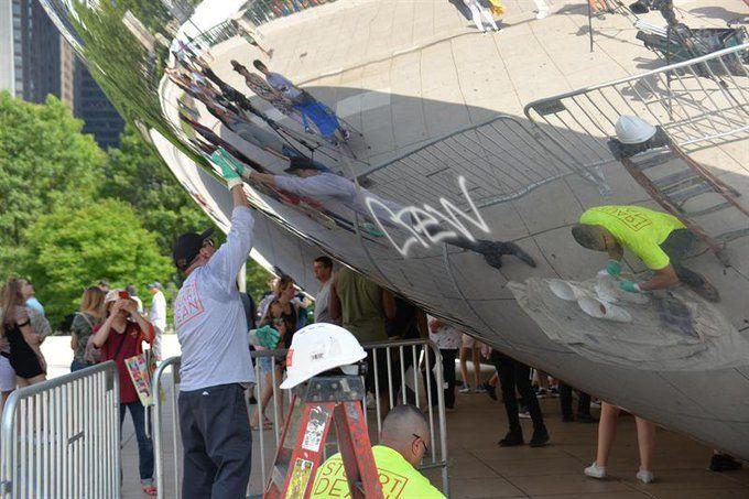 Funcionarios de la municipalidad limpiaron y pulieron la escultura. Foto: @15minutosnews