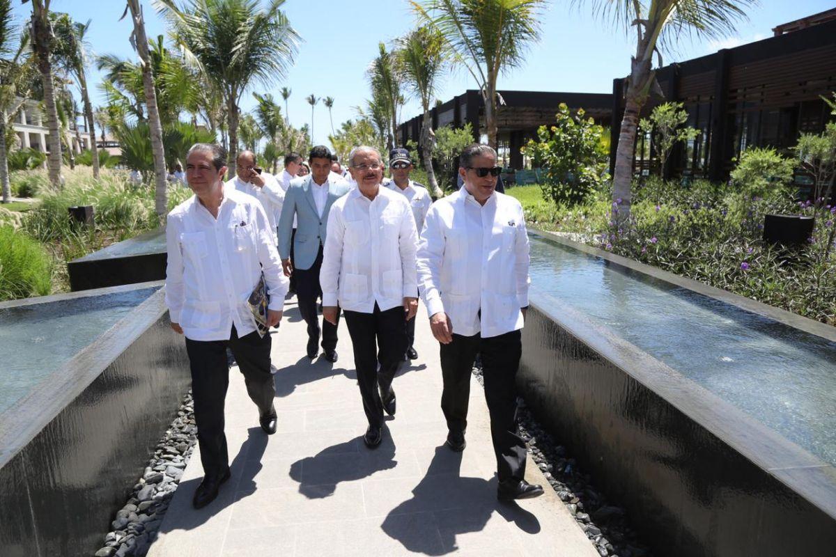 El presidente Medina, el ministro García y autoridades de Lopesan en la inauguración del complejo.