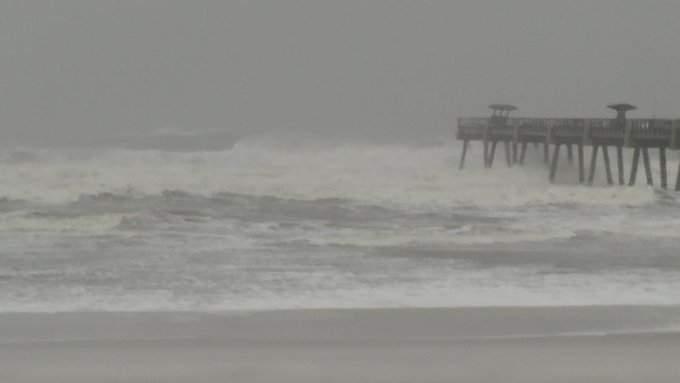 Efectos de los vientos huracanados se sienten en las costas de la Florida. Foto: Jacksonville.com