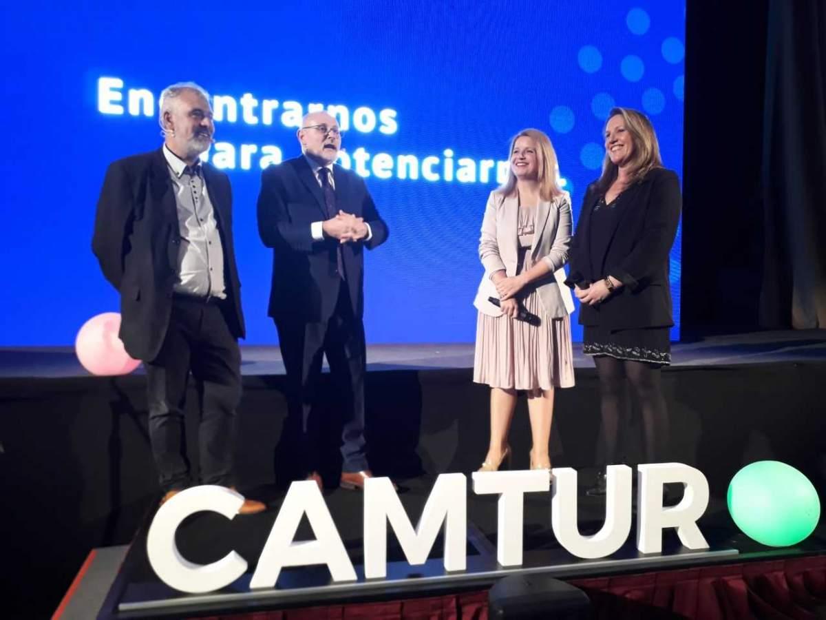 Fernando Cambón, Juan Martínez y Marina Cantera -directivos de la CAMTUR- junto a Patricia Gómez, de la agencia Y&R