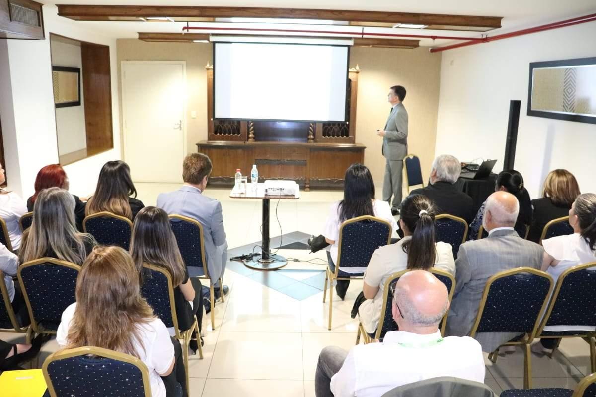 Alejandro Varela de la OMT en la FITPAR de Paraguay