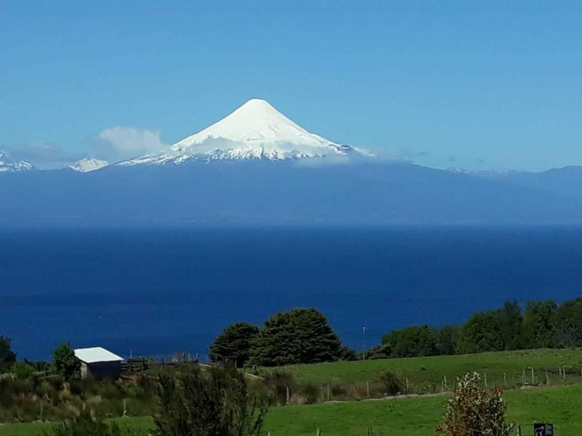 El volcán Osorno y el lago Llanquihue vistos desde Puerto Octay